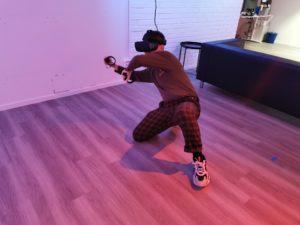 Person spelar animerat i VR.